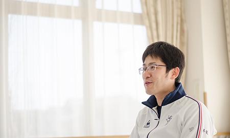 吉田さんはスポーツマンで元気の良い施設長です。